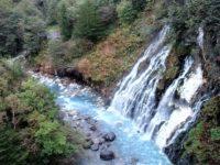 青い池の原点?美瑛町の「白ひげの滝」は、地層の間から水が湧き出す潜流爆!