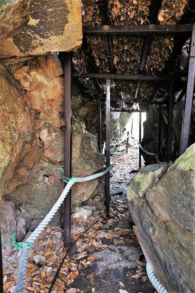 駒ヶ岳神社の大岩の割れ目の中