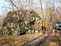 大沼湖畔のパワースポット「駒ヶ岳神社」!大岩の割れ目をくぐってご利益を得てみよう!