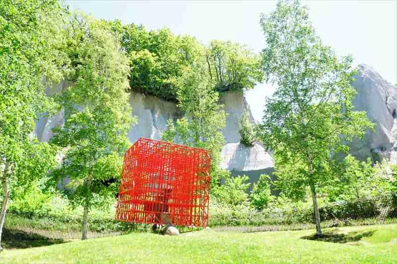 石山緑地のオブジェ「赤い空の箱」