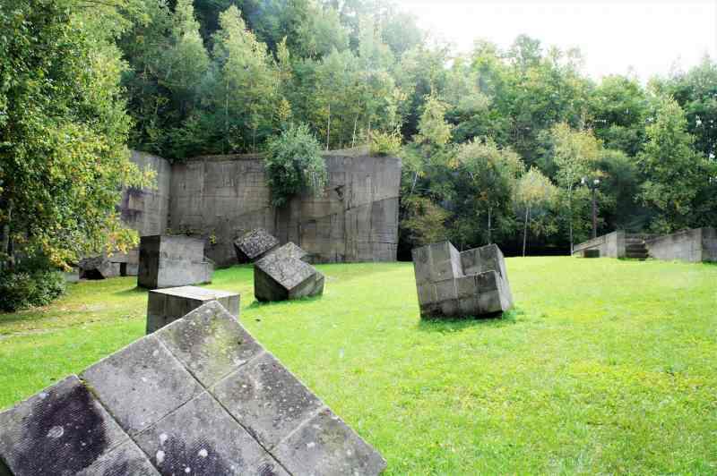 無造作にブロックが配置された 石山緑地、南ブロック の「午後の丘」
