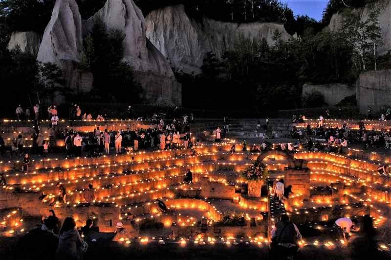 石山緑地のネガティブマウンドを照らす約3000個のキャンドル
