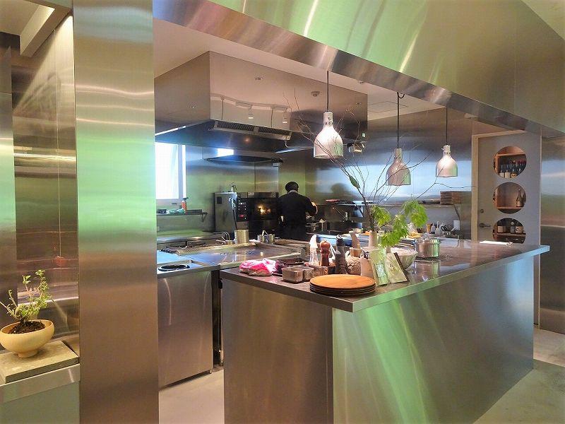 客席からも見えるオープンキッチン