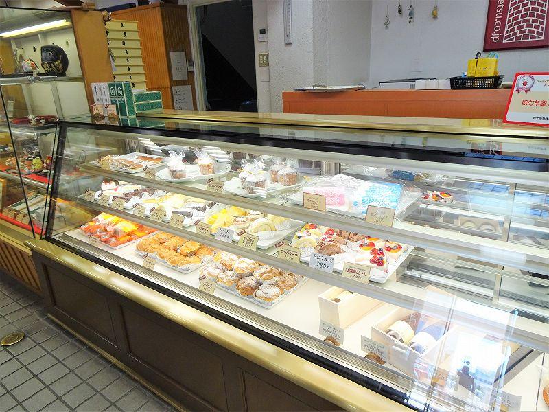 ケーキやお菓子が陳列されたガラスのショーケース