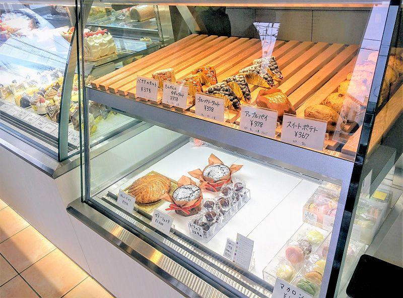 ガラスケースの中に、焼きタルトやアップルパイなどの焼き菓子が並んでいる