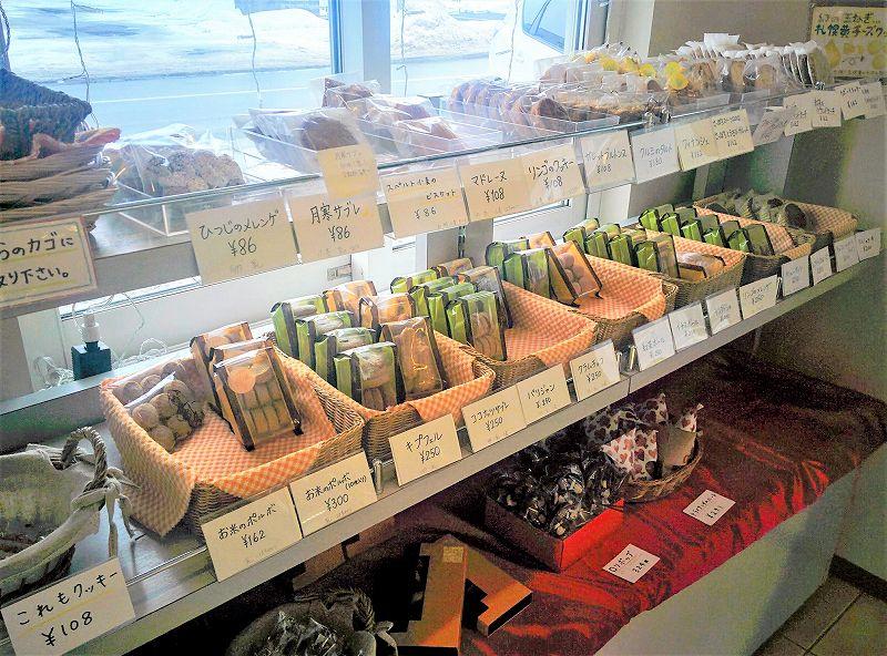 棚にたくさんの焼き菓子が並んでいる