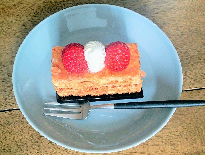苺のミルフィーユが皿にのせられ、テーブルに置かれている