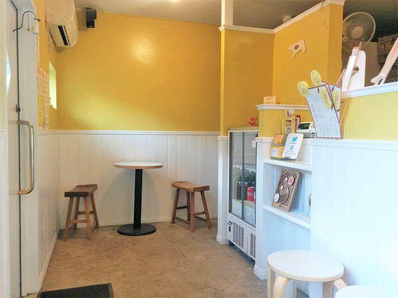 黄色い壁の「おからクレープ nino(ニノ)」の内観