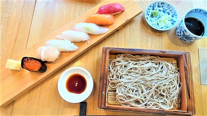 お寿司が7貫と自家製十割蕎麦がテーブルに並んでいる