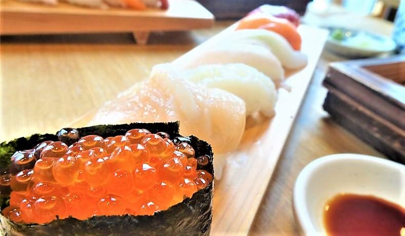 イクラやサーモンなど握り寿司が7貫並んでいる