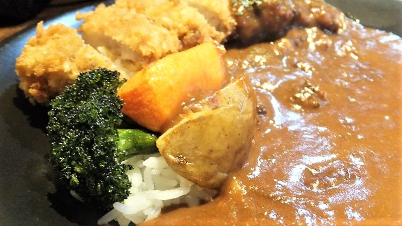 ブロッコリーなどの野菜とカレーとカツのアップ