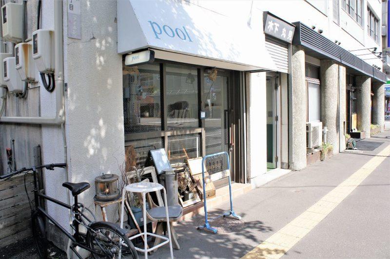 cafe pool(カフェプール)の白とスカイブルーが素敵な店舗外観
