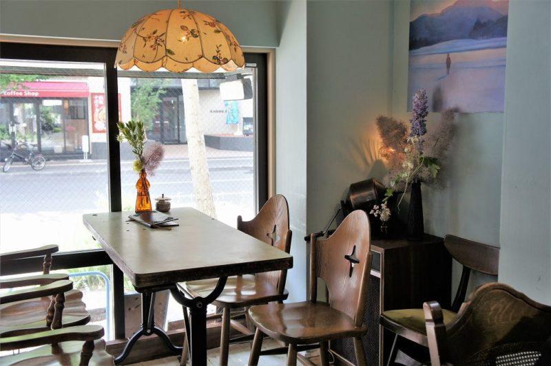cafe pool(カフェプール)の窓辺の4人掛けテーブル席