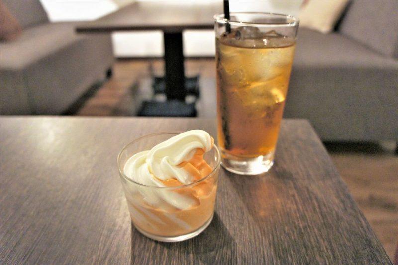 ミライストのソフトクリーム(北海道メロンミックス)500円と アイスアールグレー500円