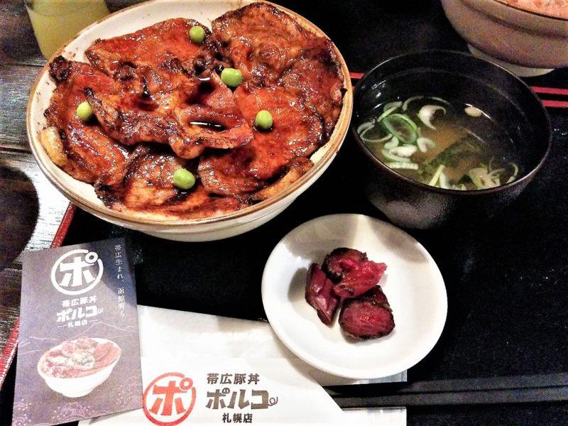 帯広豚丼 ポルコ 札幌店/北海道札幌市中心部 漬物とお味噌汁がセットになります