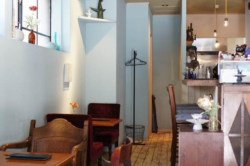 cafe pool(カフェプール)の2、3人掛けテーブル席とカウンター席