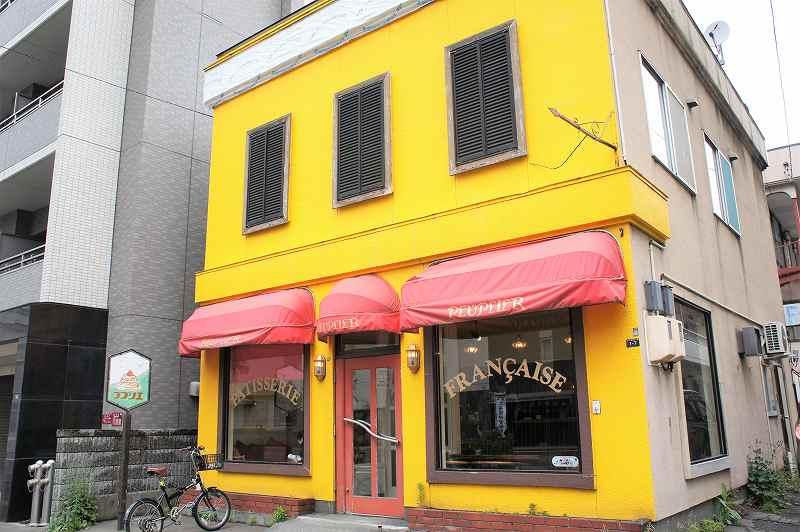 鮮やかな黄色に塗られたププリエの外観