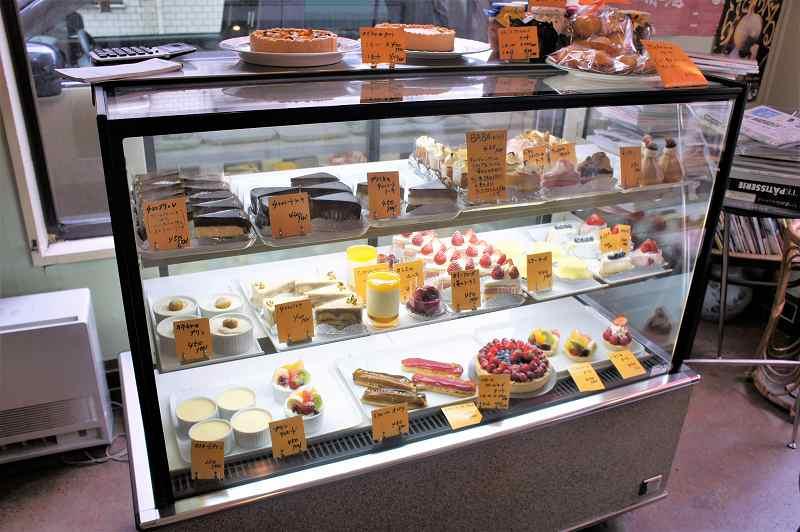 たくさんのケーキがディスプレイされたガラスのショーケース