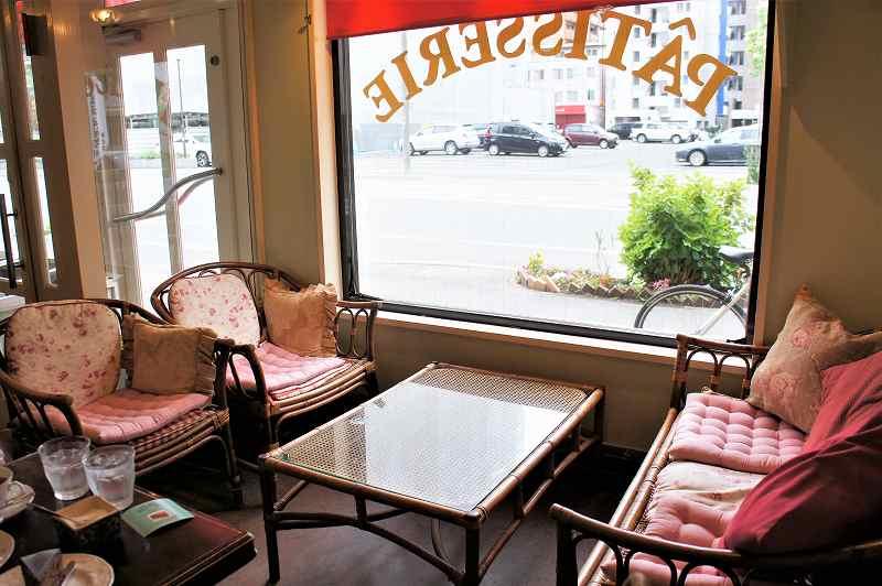 レトロなイスとテーブルが並べられたププリエの店内