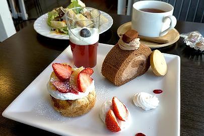 ケーキやパイ、紅茶などがテーブルに置かれている