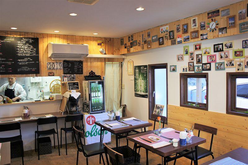 オランダ家庭料理のお店 STAMPPOT(スタンポット)/札幌市 壁には来店してくれたお客さまの写真や、オランダを訪れた際の写真が貼られている