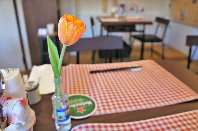 """オランダ家庭料理のお店 STAMPPOT(スタンポット)/札幌市 卓上をはじめ、いたるところにある """"チューリップ"""""""