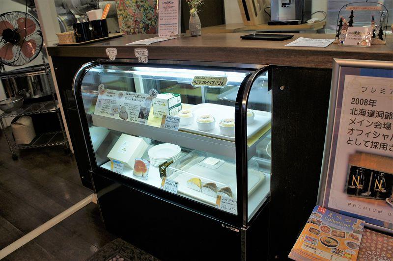 乳製品やケーキなどが並ぶガラスのショーケース