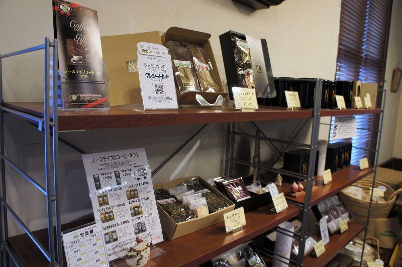 コーヒーや焼き菓子のギフトセットが棚に並べられている