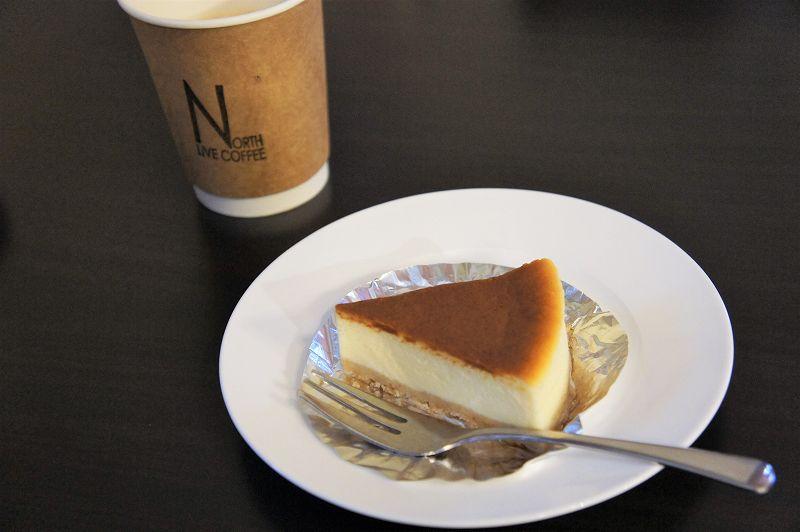 チーズケーキとコーヒーがテーブルに置かれている