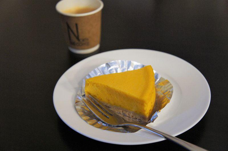 かぼちゃのチーズケーキとコーヒーがテーブルに置かれている