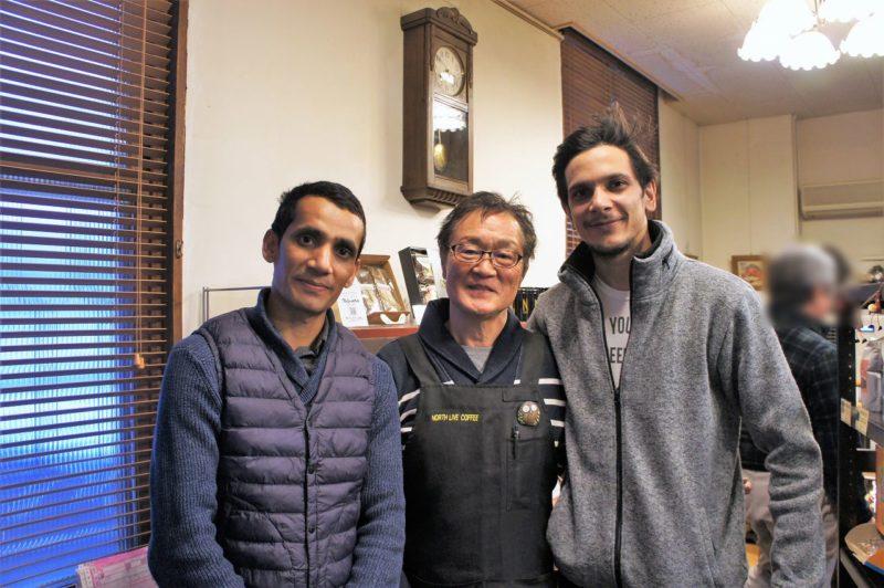 男性が3人笑顔で並んでいる