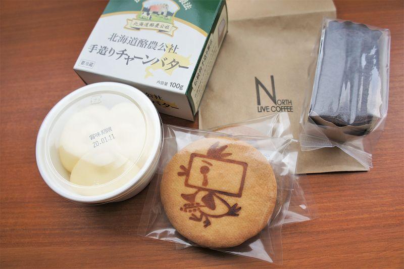 バター、サブレ、焼き菓子などがテーブルに置かれている