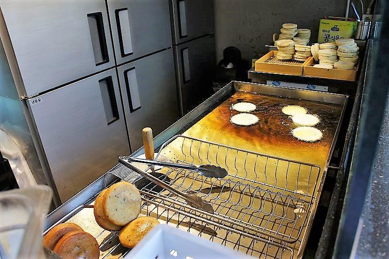 ホットクダン。調理の様子。大量の油に浮かせて揚げている