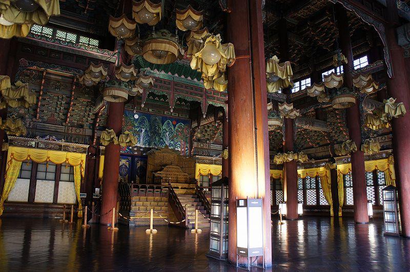 国宝に指定されている昌徳宮の正殿の中