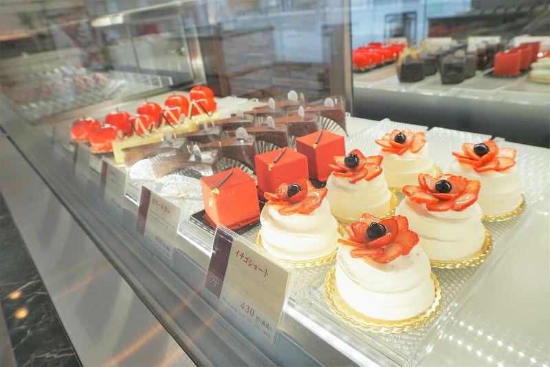 イチゴショートなどのケーキがガラスのショーケース内に並んでいる