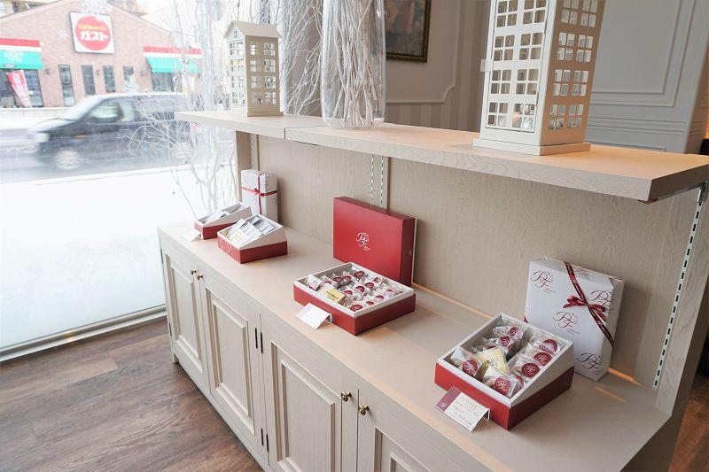 焼き菓子の詰め合わせが棚に並べられている
