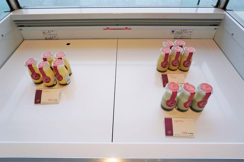 3種類のプリンが冷蔵ケースに並んでいる