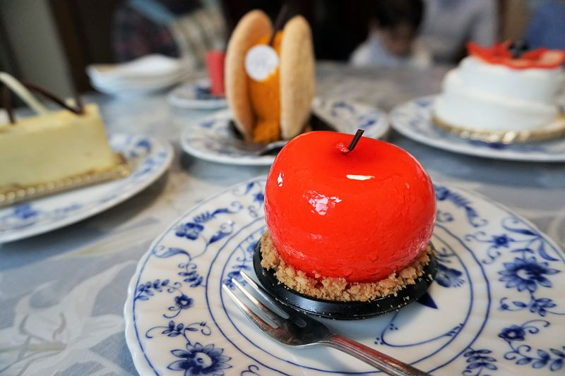 りんご型のケーキなど、4つのケーキがテーブルに置かれている
