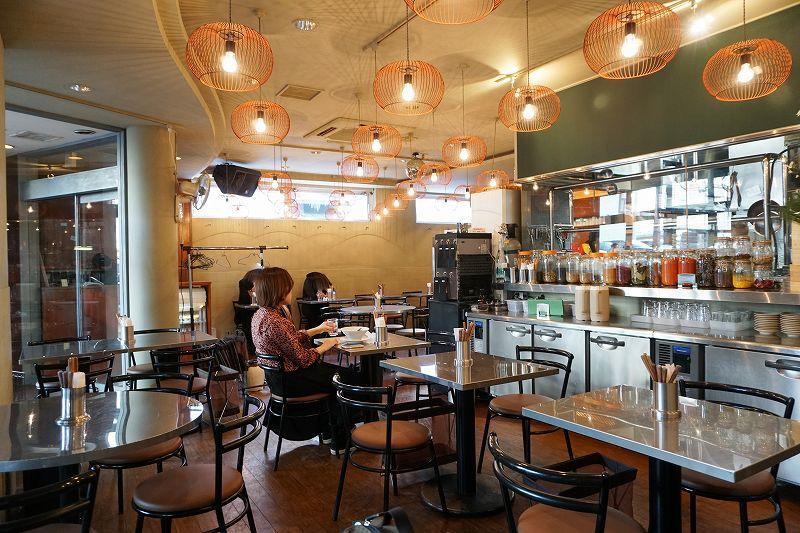 昼ごはんとおやつ ヤンボウ/札幌市中心部(狸小路7丁目アーケード内) アジアの大衆食堂のようなノスタルジックな雰囲気がただよう