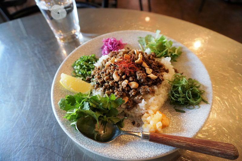 昼ごはんとおやつ ヤンボウ/札幌市中心部(狸小路7丁目アーケード内) 6種ハーブ類を少しずつ混ぜながらいただく