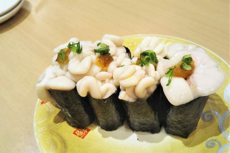 釧路産「濃厚真たち軍艦(420円)」がテーブルに置かれている
