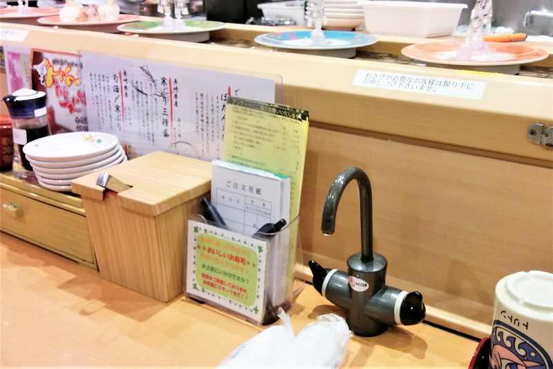 テーブルの上にお寿司の注文用紙やガリなどが置かれている