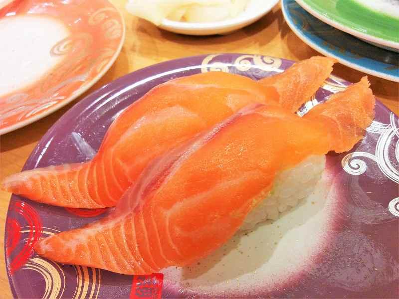 「生サーモン(280円)」のお寿司がテーブルに置かれている