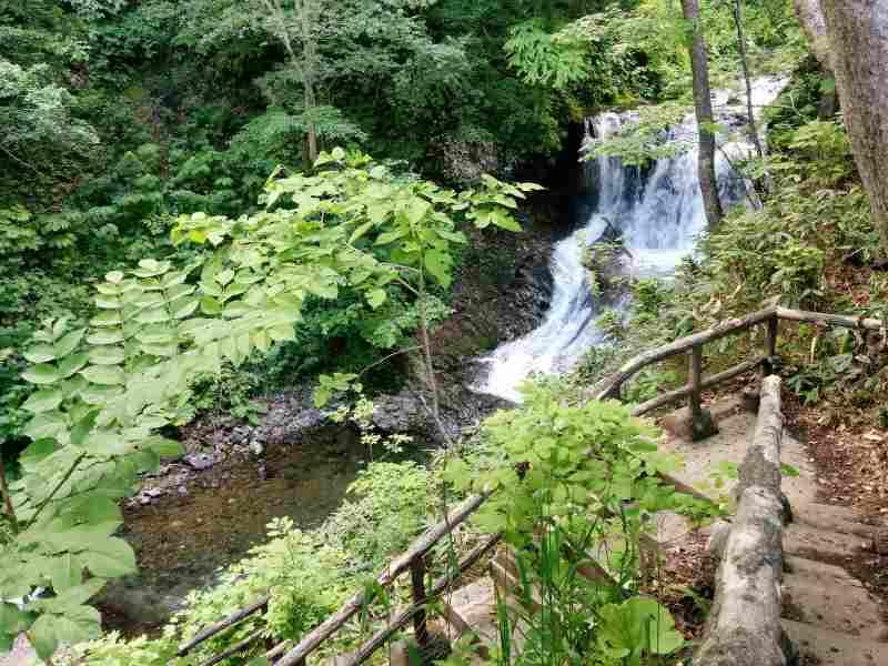 平和の滝へ続く下り階段