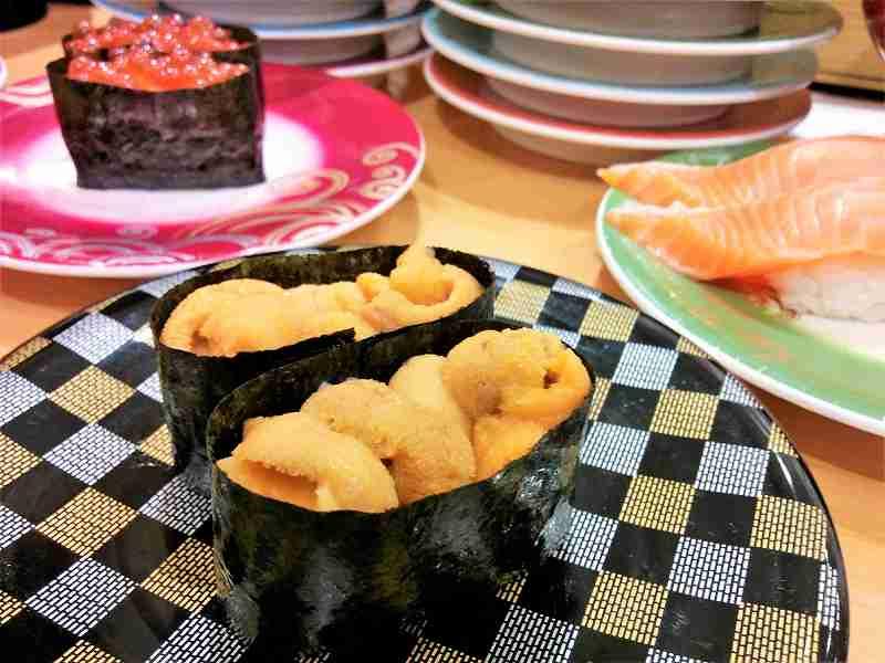 「うに」や「いくら」のお寿司がテーブルに置かれている