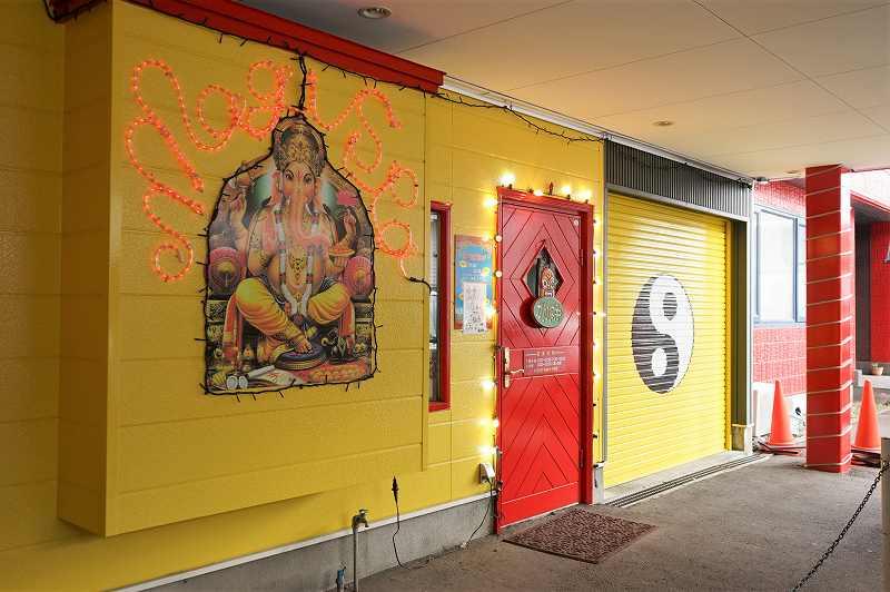 赤や黄色を基調としたマジックスパイス 札幌本店の入口