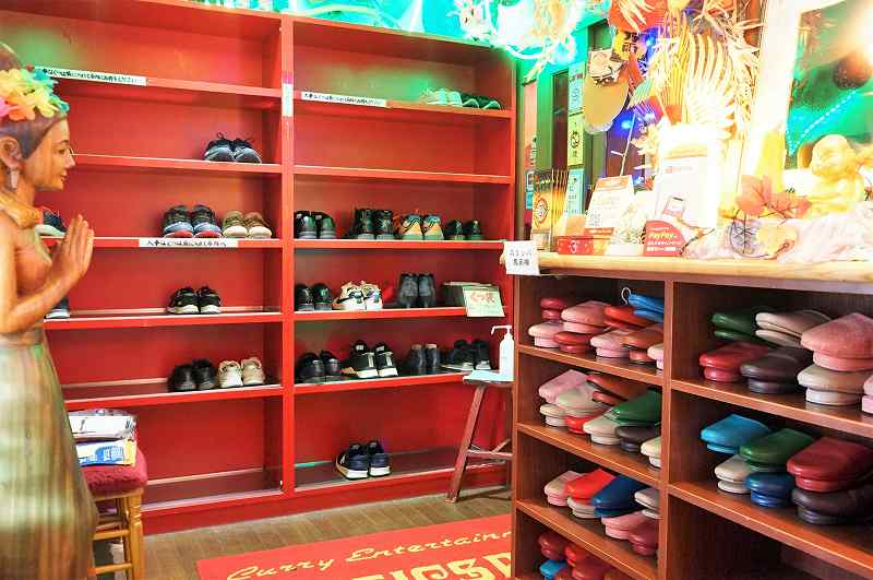 マジックスパイス 札幌本店の靴とスリッパ置き場の様子