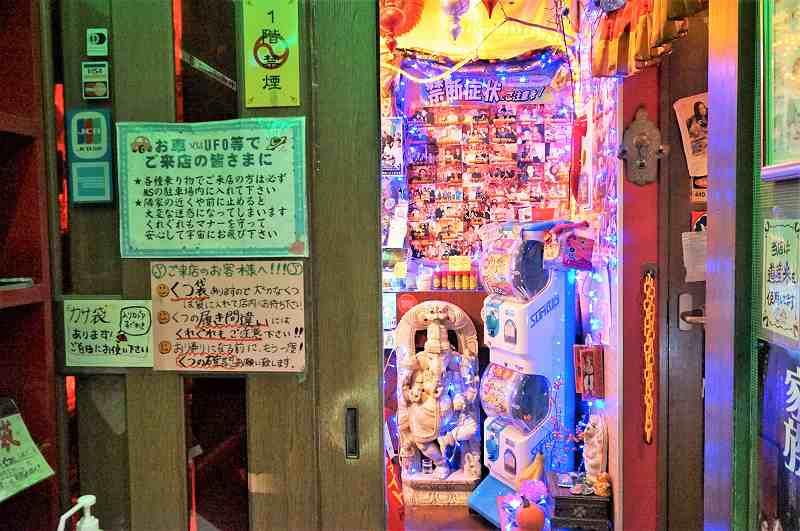ガチャガチャやたくさんの写真が貼ってある、マジックスパイス 札幌本店の入口付近の様子