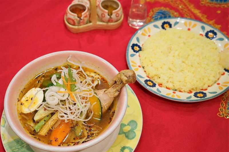 マジックスパイスのスープカレー「北恵道」とライスがテーブルに置かれている