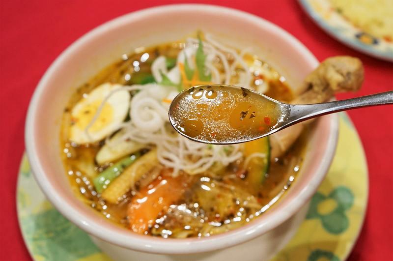 マジックスパイスのスープカレー「北恵道」のスープをスプーンですくっている様子